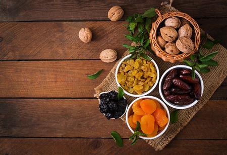 frutas deshidratadas: Mezclar los frutos secos (frutos de palmera datilera, ciruelas, albaricoques secos, pasas y frutos secos). Ramadán (Ramadán) alimentos.