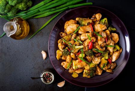 중국 음식 - 닭고기, 버섯, 브로콜리, 고추 튀김 볶음. 평면도