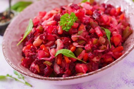 ensaladilla rusa: Vinagreta de remolacha ensalada en un recipiente de color rosa Foto de archivo
