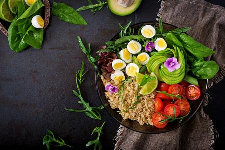 ダイエット メニュー。新鮮な野菜 - トマト、アボカド、ルッコラ、卵、ほうれん草、ボウルのキノアのヘルシーなサラダ。フラットが横たわってい 写真素材