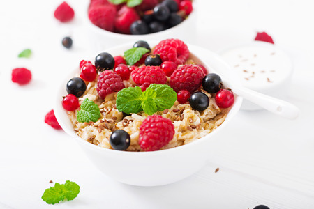 Tasty and healthy oatmeal porridge with berry, flax seeds and yogurt. Healthy breakfast. Fitness food. Proper nutrition Stock Photo - 82112149