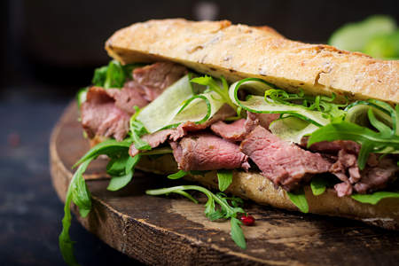 ロースト ビーフ、キュウリとルッコラの全粒小麦のパンのサンドイッチ 写真素材 - 84342332