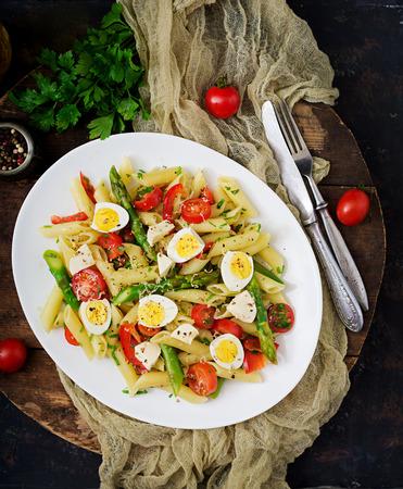 샐러드 - 아스파라거스, 토마토, 메추라기 계란, 모짜렐라 펜 네 파스타 스톡 콘텐츠