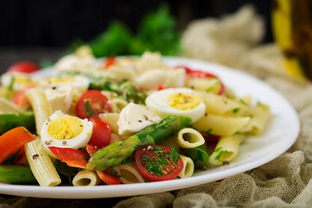 Salat - Penne mit Spargel, Tomaten, Wachteleiern, Mozzarella Standard-Bild - 85021602