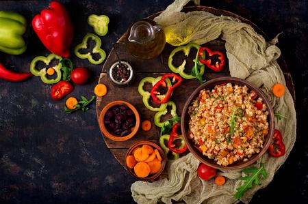 暗いバック グラウンドに野菜ベジタリアンもろいパール大麦のお粥。フラットが横たわっていた。トップ ビュー 写真素材