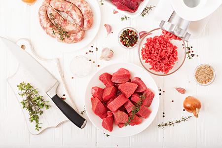Gehacktes rohes Fleisch. Der Prozess der Zubereitung von Fleischfleisch mit einem Fleischwolf. Hausgemachte Wurst. Rinderhack. Draufsicht