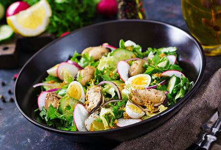 Dietary salad with mussels, quail eggs, cucumbers, radish and lettuce. Healthy food. Seafood salad. Zdjęcie Seryjne