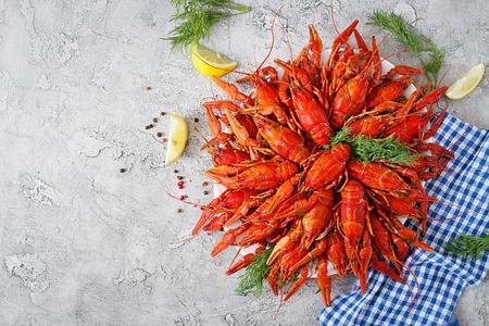 Écrevisse. Écrevisses bouillies rouges sur table dans un style rustique, gros plan. Gros plan de homard. Border desig. Vue de dessus