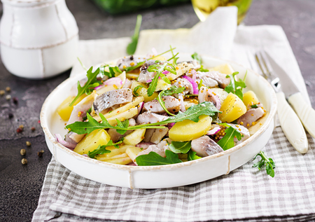 Traditional  salad of salted herring fillet, fresh apples,  red onion  and potatoes. Kosher food. Scandinavian cuisine. 免版税图像 - 115679540