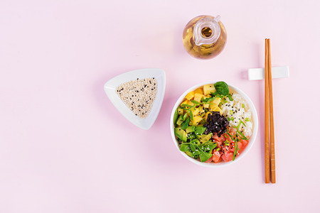 Buddha bowl avec riz, mangue, avocat et saumon. Concept d'alimentation saine. Vue de dessus. Mise à plat