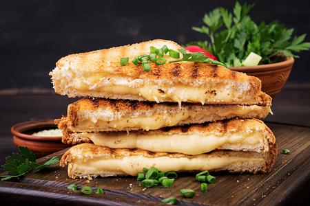Sándwich de queso americano caliente. Sándwich de queso a la plancha casero para el desayuno.