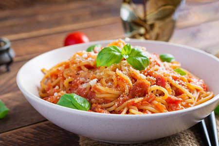 Spaghetti alla Amatriciana with guanciale, tomatoes and pecorino cheese. Italian healthy food. Standard-Bild