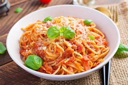 Spaghetti alla Amatriciana with guanciale, tomatoes and pecorino cheese. Italian healthy food. 免版税图像