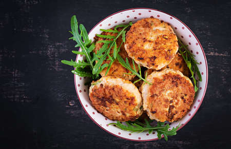 Healthy dinner. Chicken cutlets in a bowl on a dark background. Top view, flat lay 免版税图像