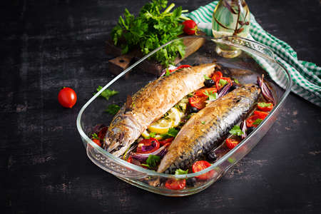 Baked mackerel with herbs and lemon and vegetables. Healthy dinner. 免版税图像