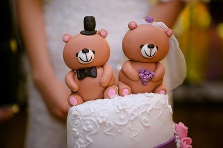 pastel de bodas: hermoso pastel de bodas con un oso de peluche en la parte superior