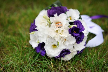 position d amour: bridal bouquet lying on the green grass Banque d'images