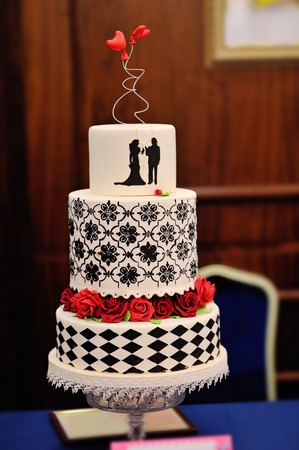women subtle: Wedding cake with two hearts and red flowers