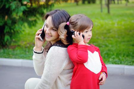 ni�os rubios: La madre y el ni�o habla por tel�fono