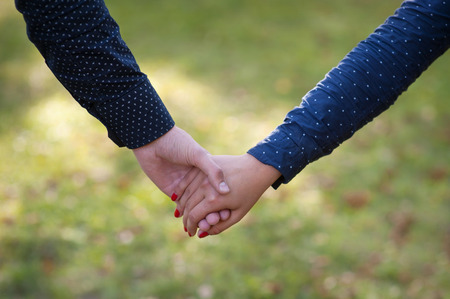 행복 한 커플 손을 잡고