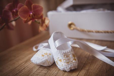 white baby shoes Foto de archivo