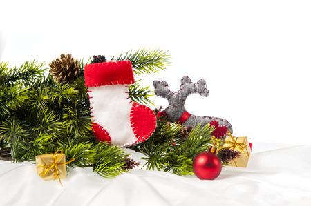 botas de navidad: decorado árbol de Navidad decorado con botas de Navidad de Santa Claus y los renos en un fondo blanco.
