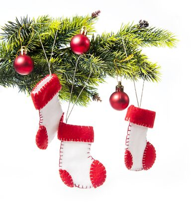 botas de navidad: decorado árbol de Navidad decorado con botas de Navidad de Santa Claus sobre un fondo blanco.