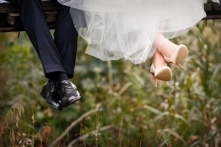 신부와 신랑, 결혼식 신발의 발.