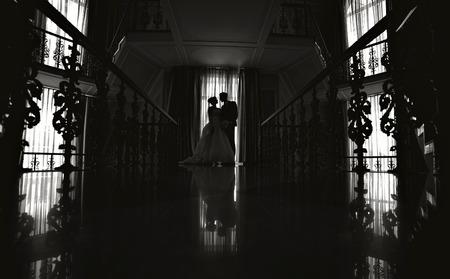 siluetas de enamorados: silueta de la novia y el novio en una boda. Foto de archivo