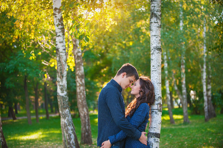 persona feliz: pareja de enamorados paseando por el parque de verano. Foto de archivo