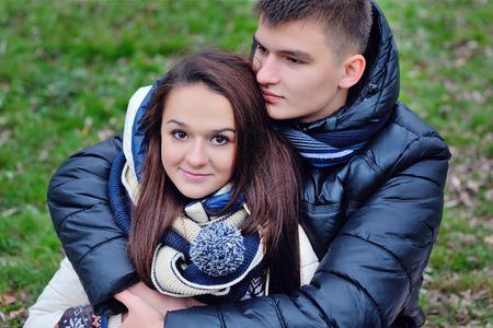femme amoureuse: homme embrassant une femme l'amour. Banque d'images