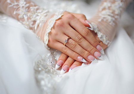 mariage: mains d'une jeune mariée avec un anneau et une manucure de mariage. Banque d'images