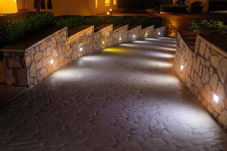 호텔에서 산책 야간 조명 경로입니다.