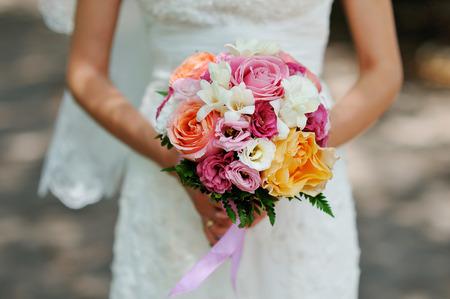 hands of the bride beautiful wedding bouquet. Foto de archivo