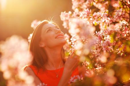 Mooie voorjaar vrouw in de tuin. Stockfoto
