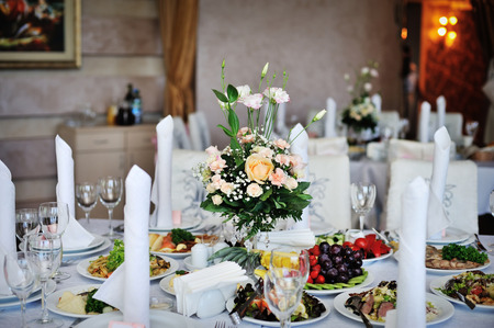 table decorated with flowers wedding dinner. Foto de archivo