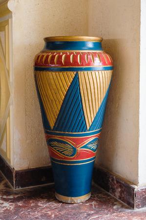 bureta: gran jarrón de barro con el ornamento.