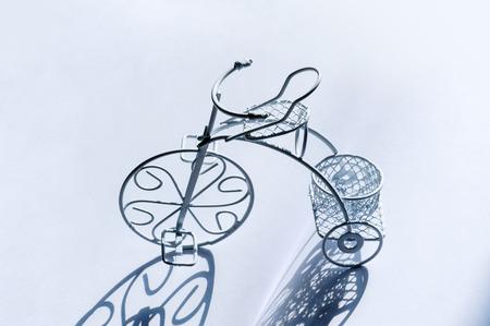 decorated bike: piccolo bianco decorativo biciclette d'epoca.