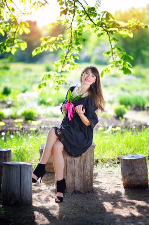 sexy young girl: Молодая женщина в парке весной с ландышами.