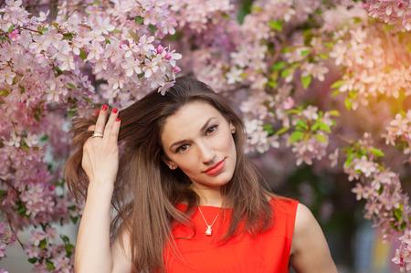 carita feliz: joven y bella mujer en un parque de la primavera.