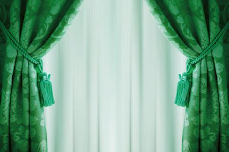 cortinas: Cortinas verdes hermosas con borlas y tul. Foto de archivo