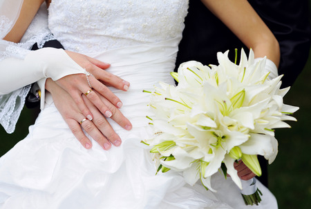아름 다운 하얀 웨딩 부케를 들고 신부입니다. 스톡 콘텐츠