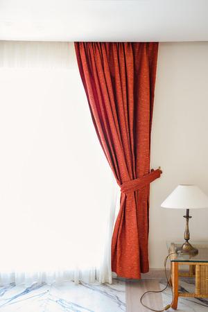 cortinas rojas: Cortinas rojas en una habitación de hotel. Foto de archivo