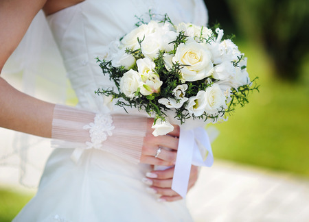 Bride holding a beautiful white wedding bouquet. Stockfoto