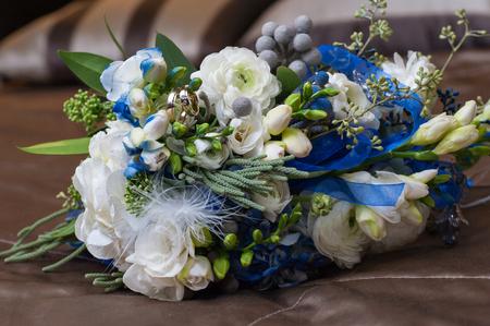 kanapa: Bridal bouquet lying on couch. Zdjęcie Seryjne