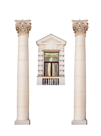 columnas romanas: antiguas columnas romanas y una ventana aislada en el fondo blanco. Foto de archivo