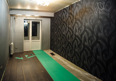 parquet floor layer: Renovated apartment. The process of laying laminate.