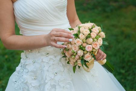 bride holds a beautiful wedding bouquet. Archivio Fotografico