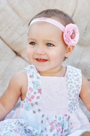 소파에 앉아 행복 한 작은 소녀. 닫다