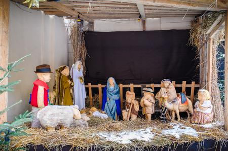 nacimiento de jesus: Navidad pesebre del nacimiento de Jes�s en una vieja casa de campo cerca de Bel�n con Jos�, Mar�a y el pastor Foto de archivo
